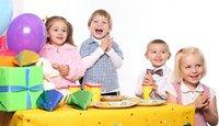Мальчики и девочки, праздничный стол, подарки