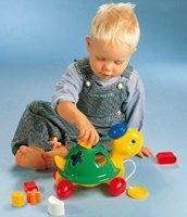 Малыш, играющий в сортер-каталку